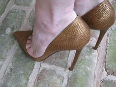 Stilly: bronze pumps and toe cleavage
