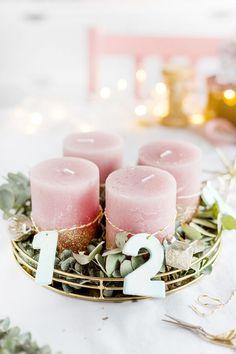 Einfacher DIY Adventskranz zum Selbermachen: Adventskranz mit Zahlen aus Fimo und Eukalyptus   Basteln für Weihnachten und Dekoideen