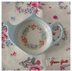 Lovely tea bag holder http://media-cache-ec0.pinimg.com/originals/f4/b0/01/f4b00133e5859f04d33691550d662aa4.jpg