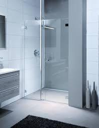 Zit er kalk op de glazen douchewand? Schrob deze in met (anti-roos) shampoo…