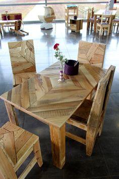 Table et chaises en palettes recyclées.