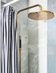 Sådan forvandlede stylisten sit 3 kvm lille badeværelse til en skøn spa-oase Bathroom Inspiration, Interior Inspiration, Nordic Living, Wardrobe Rack, Toilet, Sweet Home, Wall Lights, Spa, Shower