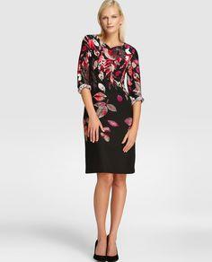 Vestido corto, de manga larga y escote redondo. Con estampado de hojas en tonos granate.