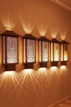 Efeitos de luz em arandelas de estilo oriental.