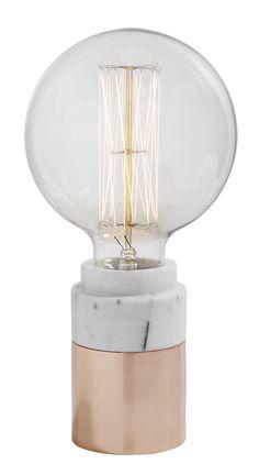 Der Lichtblick in deinem Zimmer - die angesagte Tischlampe von Nordal überzeugt im marmor & kupfer Look. Ein weiteres Highlight ist die Fassung, in die einfach die Glühbirne eingesetzt wird. Die Glühbirne ist beim Kauf nicht enthalten.
