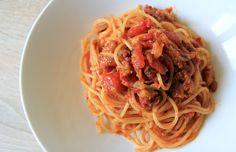Spaghetti s lilkovou omáčkou.  http://tomichutna.cz/omacka-na-spagety-lilkova