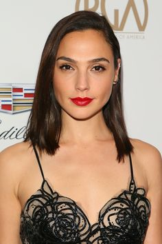 From Kendall Jenner to Gal Gadot, here are the best brown hair colors in Hollywood. Gal Gardot, Gal Gadot Wonder Woman, Porno, Hollywood Fashion, Hollywood Actresses, Brown Hair Colors, Celebs, Celebrities, Beauty Women