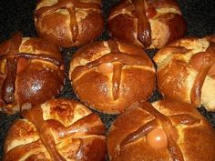 Easter Foliar Recipe (Island of Flowers) Portuguese Sweet Bread, Portuguese Recipes, Portuguese Food, Apple Roses, Easter Table, Pretzel Bites, Bread Recipes, Sweets, Baking