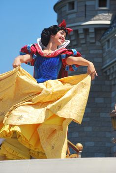 Dancing Snow White at Disneyland Walt Disney, Disney Girls, Disney Love, Disney Magic, Disney Princess, Snow White Characters, Disney Face Characters, Disney Cosplay, Disney Costumes