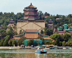 Torre budista en el lago Kunming del palacio de Verano de Beijing