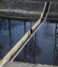 Moses Bridge, puente bajo el agua de RO, en Holanda.