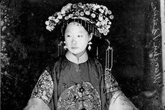 Manchu Bride Peking, Penchilie Province, China John Thomson by ralphrepo, Rare Photos, Photos Du, Vintage Photographs, Vintage Photos, Culture Art, Chinese Culture, Costume Ethnique, China People, Hongkong