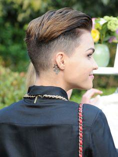 la conduttrice ruby rose vista di lato con piccolo tatuaggio dietro l'orecchio