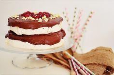 Ημέρα Αγίου Βαλεντίνου δίχως Πάβλοβα δεν νοείται! Είναι αυτά τα κλισέ των περιοδικών και των ζαχαροπλαστείων που πολύ αγαπώ! Έτσι γιατί μου δίνουν μια αφορμή να το παρακάνω με κρέμες, μαρέγκες και ... Mascarpone Cream Recipe, Pavlova, Valentines Day Desserts, Cream Recipes, Tiramisu, Chocolate, Ethnic Recipes, Food, Essen