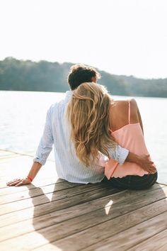 Ideen Verlobungsshooting, verliebtes Paar am See, romantisch, Verlobung, Verlobungsshooting in der Natur, romantisch, glücklich, Outdoor