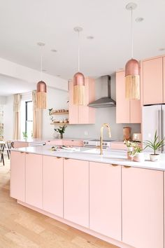 Modern Montreal Remodel Photos with Pink Kitchen Pink Kitchen Cabinets, Pink Kitchen Decor, Pink Kitchen Designs, Pink Kitchen Interior, Pink Home Decor, Interior Modern, Home Interior Design, Kitchen Island, Küchen Design