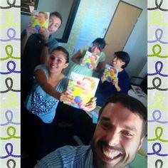 Benoit, le graphiste d'Hop'Toys vient de nous faire parvenir le nouveau catalogue ! On adore tous au bureau ! Alors de gauche à droite, vous avez Benoit, Amandine (assistante Marketing), Maria et Sara ( l'Espagne), et moi qui prend la selfie de tout ce beau monde plutôt HAPPY !