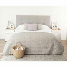 Master bedroom met mooi beddengoed zoals de taupe sprei