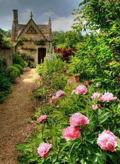 Dovecote in the garden of a Cotswolds cottage in Chipping Campden, Gloucestershire English Country Gardens, English Countryside, French Country, Cottages Anglais, Longwood Gardens, My Secret Garden, Dream Garden, Garden Paths, Border Garden