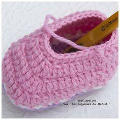 Cómo tejer botitas con ganchillo Crochet Baby Socks, Crochet Baby Sandals, Crochet Shoes, Crochet For Kids, Baby Knitting Patterns, Crochet Patterns, Baby Booties, Baby Shoes, Crochet Videos