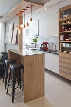 Apartamento pequeno com decoração criativa e charmosa Apartment Must Haves, Home Interior Design, Interior Decorating, Mudroom Cabinets, Kitchen Dining, Kitchen Decor, Apartment Kitchen, Kitchenette, Small Apartments