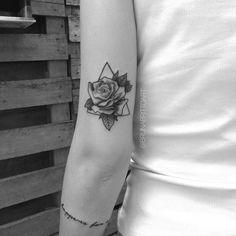 Tatuagem criada por Bruna Britto de Pelotas. Rosa delicada no braço emoldurada por um triangulo. Rose Tattoos, Flower Tattoos, Body Art Tattoos, New Tattoos, Unique Tattoos, Beautiful Tattoos, Small Tattoos, Tattoo Designs Foot, Planet Tattoos