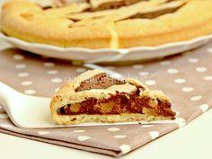La crostata pere e cioccolato è fatta con un guscio friabile di pasta frolla e un goloso e raffinato ripieno di pere e cioccolato, la mia ricetta.