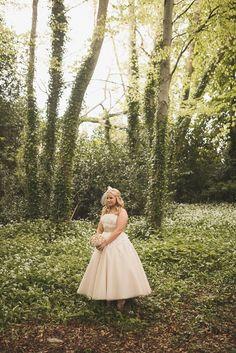 17 Super Sweet Tea Length Wedding Dresses for a Retro Bride Tea Length Wedding Dress, Tea Length Dresses, Short Dresses, Wedding Dresses, Country Wedding Photos, Sweet Tea, Bridal Beauty, Celebrity Weddings, Wedding Bells