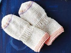 Pienen vauvan suloiset tumput on helppo neuloa itse.