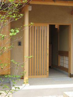 引き戸の玄関ドアいいなぁ。格子も中から見るときれいそうだな。洗い出し仕上げも魅力だけどお金かかりそう;