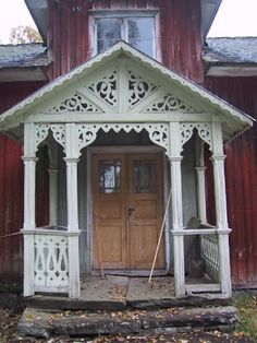 Beautiful Swedish house with traditional front porch - abandoned Victorian Porch, Victorian Homes, Red Cottage, Cozy Cottage, Abandoned Buildings, Abandoned Places, This Old House, Red Houses, Porch Veranda
