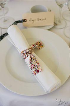 Une bande de tissu ou de ruban Marine sur serviettes blanches