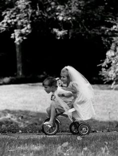happily ever after♥. Funny Girl Pics, Funny Friend Pictures, Funny Friends, Robert Doisneau, Cute Kids, Cute Babies, Poses, Wedding Humor, Black And White Pictures