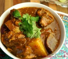 The best chicken vindaloo paleo crockpot curry Best Chicken Vindaloo Recipe, Vindaloo Recipes, Sesame Seeds Recipes, Oriental Salad, Indian Food Recipes, Ethnic Recipes, African Recipes, Salad Dressing Recipes, Hillbilly