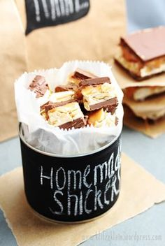 homemade snickers - this recipe is auf deutsch, but there is a link to the original recipe in English(Chocolate Ideas Gifts) Chocolates, Candy Recipes, Sweet Recipes, Dessert Recipes, Just Desserts, Delicious Desserts, Yummy Food, Think Food, Love Food