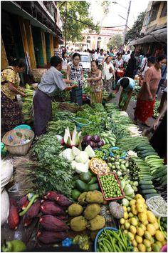 Was für eine Atmosphäre! Der Yangon Markt in #Myanmar. http://www.gudrunsjoeden.de/mode/kollektionen/sommer/auf-gudruns-fussspuren