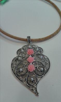 Colar em Cortiça e Coração de Viana com aplicação de pérolas e cabochon rosa