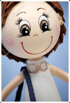 Fofucha personalizada con zuecos y bolso y acompañada de su maquina de coser en goma eva y pintada a mano.  Todas mis muñecas están registradas y está prohibida su copia.  www.xeitosas.com
