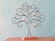 Árvore feita de arame com passarinhos de cerâmica em base de madeira