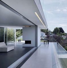 Sky-Frame ist ein rahmenloses Hightech-Schiebefenstersystem, welches bündig in Wand, Decke und Boden eingebaut werden kann und höchsten architektonischen und bauphysikalischen Ansprüchen genügt.