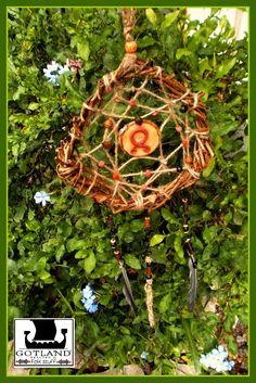 Este colgante no es un atrapa-sueños, se llama trollkors. Este es,de acuerdo al antiguo folklore escandinavo un símbolo similar a la runa Odal de gran protección para alejar a los seres mágicos negativos que pueden estar al acecho en el bosque. Antiguamente los tallaban en los dinteles de las puertas, se moldeaban o se fabricaban con piezas de hierro.Esta es una pieza realizada integramente con elementos naturales del bosque, para que puedas lucirlo en la casa (Y que los Trolls no te…