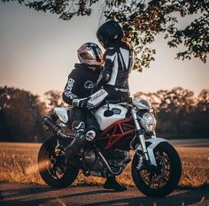 Motorcycle Couple Pictures, Biker Couple, Biker Photoshoot, Couple Photoshoot Poses, Cute Relationship Goals, Cute Relationships, Motocross Couple, Biker Photography, Biker Boys