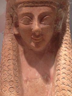 Bij dit masker, wat uit Carthago komt, is duidelijk Egyptische invloed te zien. Dit is te zien aan de vormgeving van het haar. Ook zijn er kenmerken van de Griekse archaïsche stijl te zien, zoals de amandelvormige ogen.