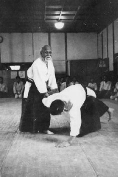 Ueshiba mentre insegna Sankyo #Aikido