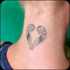 tattoo motive herz flügeln am hals schlicht elegant