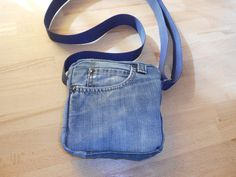 Petite sacoche en jean unisexe : Sacs bandoulière par rimade-by-mm Denim Tote Bags, Denim Purse, Old Jeans, Denim Jeans, Denim And Co, Diy Sac, Cell Phone Pouch, Denim Crafts, Recycle Jeans