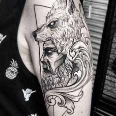 Tatuagem criada por Leandro Amaral de Santo André.    Busto de homem com chapéu de lobo sobre a cabeça.