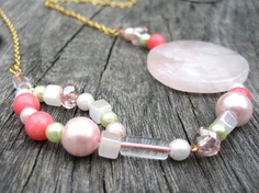 Collier pastel Corail quartz et perles en verre par SaayaCreation, €48.00