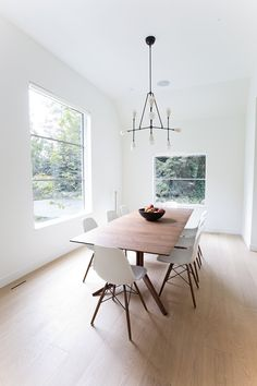 Dining room. Hillsden House by Lloyd Architects. © Leah Miller.