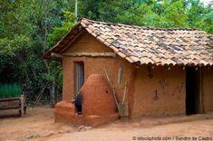 Tudo nessa casa é de sopapo - barro em treliças de bambu ou cipó... Olha o forno...